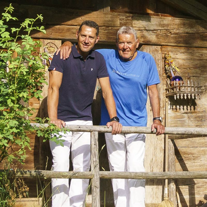 Sportmediziner Florian Müller (links) und Vater Volker Müller in ihrem Garten in Bayrischzell